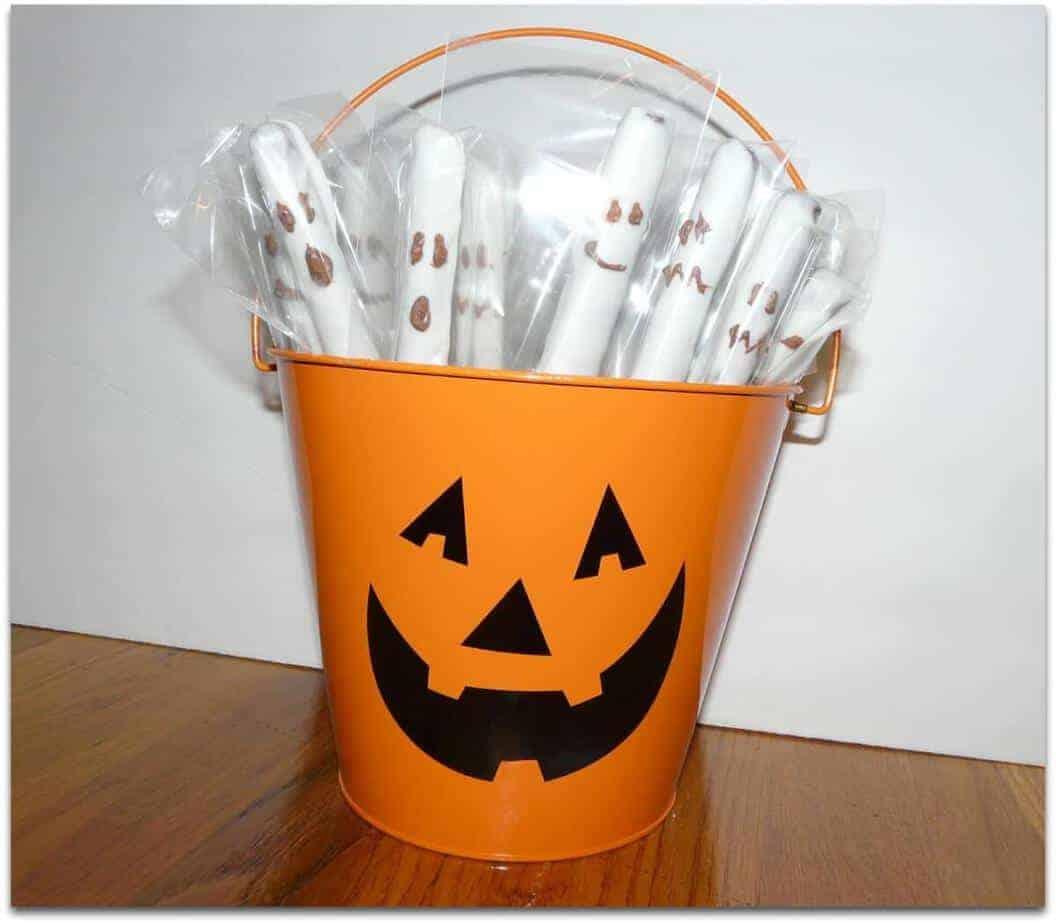 halloween ghost pretzels - halloween-treats