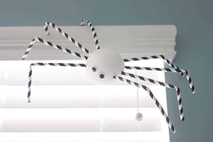 paper-straw-halloween-spiders