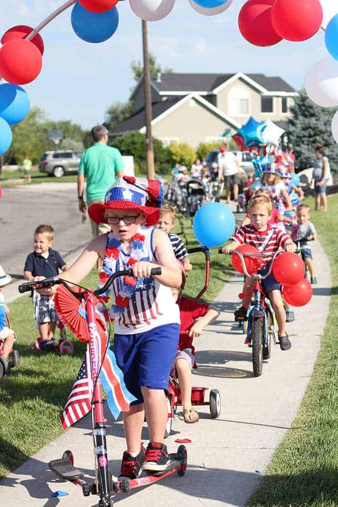 4th-of-july-tradition-childrens-bike-parade-balloon-arch